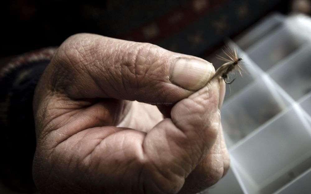 lartisan-fabrique-aussi-des-mouches-avec-de-la-ficelle-et-de-la-plume